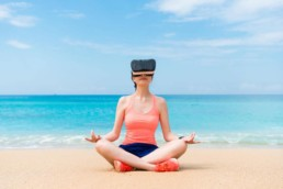 Frau nutzt Stand-Alone VR Headset am Strand